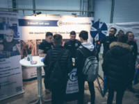 Ausbildungsleiter und Azubi der Meleghy Automotive im Gespräch mit Schülern auf dem Messestand der Südsiegerlandmesse 2019