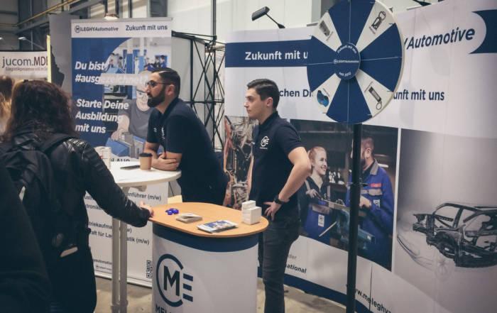 Ausbildungsleiter und Azubi der Meleghy Automotive auf dem Messestand der Südsiegerlandmesse 2019